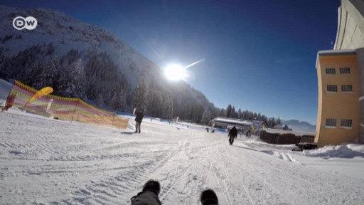 Meike Krüger testet im Oberstdorfer Snowpark das Airboard, den Skifox, das Skibockerl und das SMX.