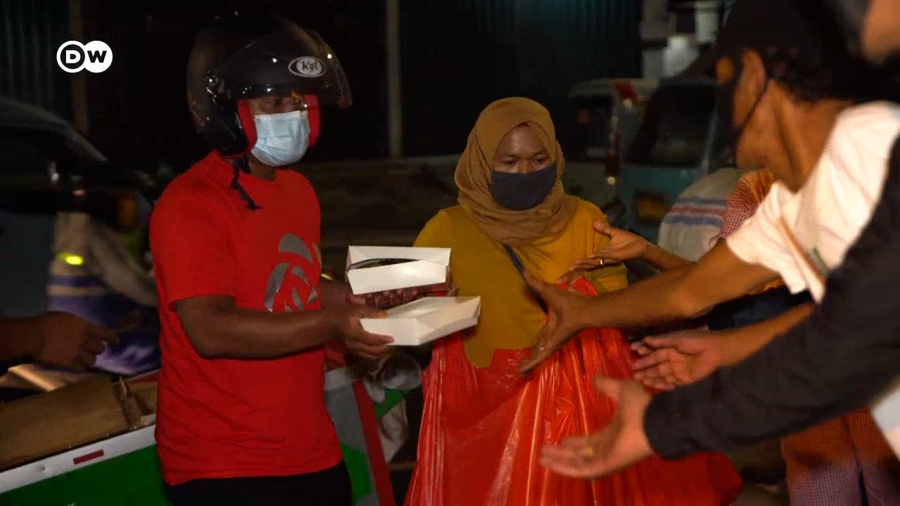 Jakarta Man Launches A Meals On Mopeds Program To Feed The Poor Asia An In Depth Look At News From Across The Continent Dw 17 11 2020