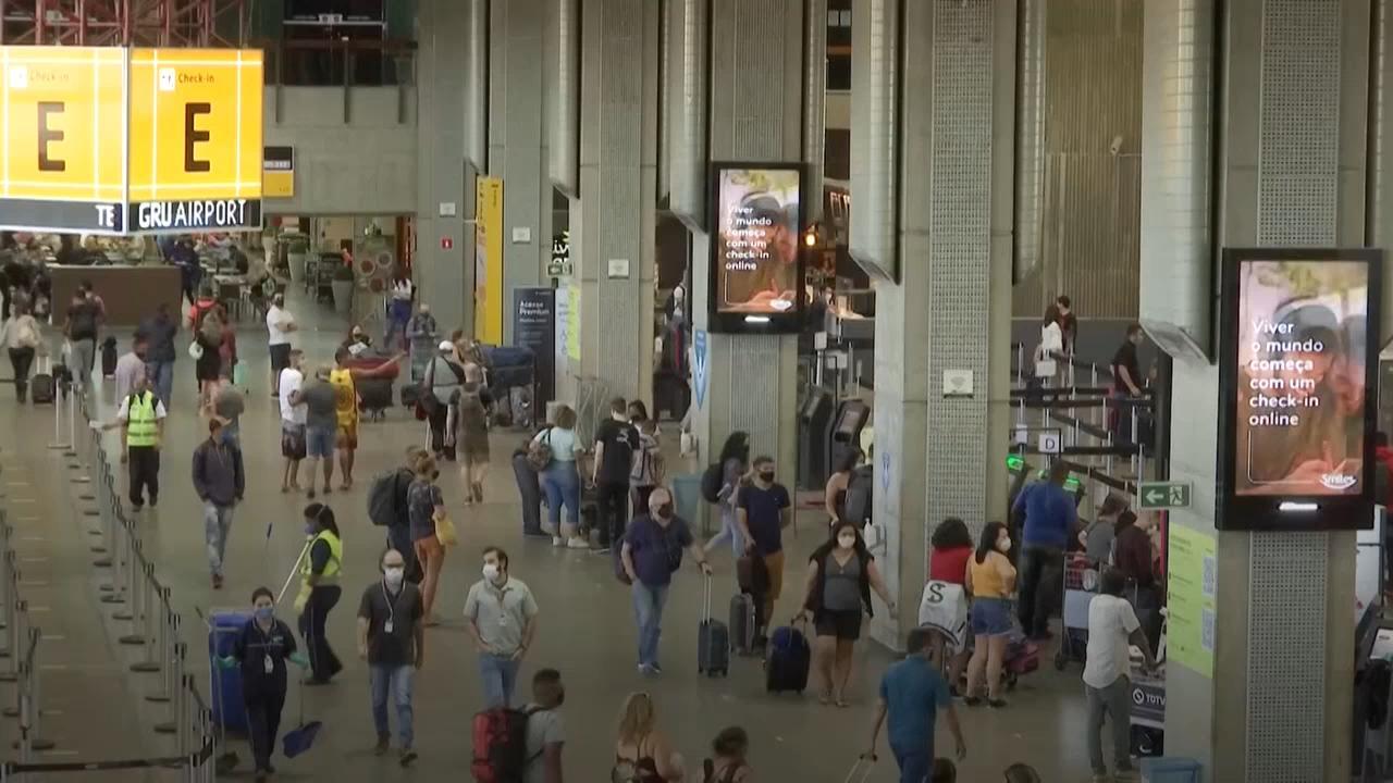 Brasileiros viajam apesar de alta de casos de covid-19
