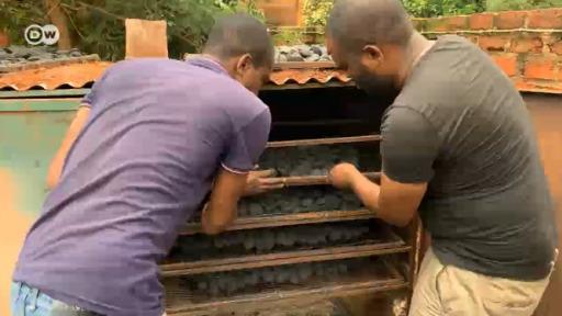 Des jeunes congolais produisent du charbon à partir de déchets